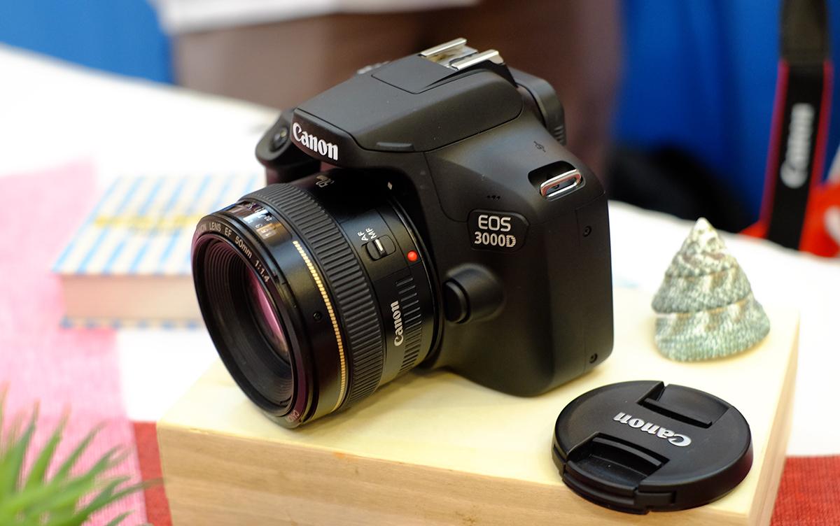 Để cạnh tranh với Sony, Fujìilm ở phân khúc máy ảnh giá rẻ khoảng 10 triệu đồng, Canon đã ra mắt một mẫu DSLR nhỏ gọn, giá tốt, thay vì máy mirrorless ...